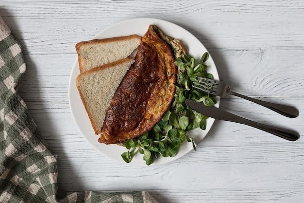 Frittata di erbe, sana colazione proteica, vista dall'alto