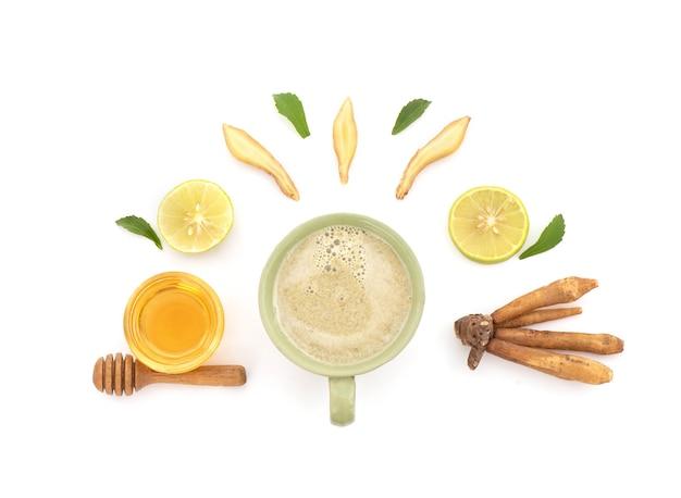 Bevanda a base di erbe con fingerroot, limone e miele isolato su sfondo bianco.vista dall'alto,piatta.