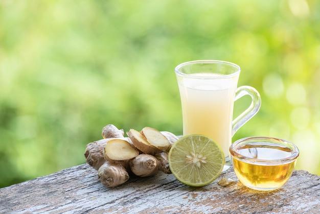 Bevanda a base di erbe con radice di zenzero, limone e miele.