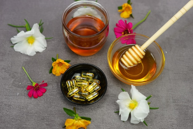 Miele di erbe medicinali e capsule di miele
