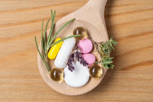 Medicina di erbe vs medicina chimica la cura sana alternativa sul muro bianco.