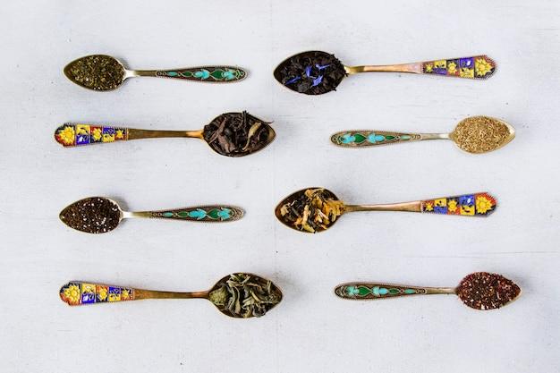 Servizio da tè secco alle erbe e naturale, variazione e collezione di cucchiaini da tè e vintage