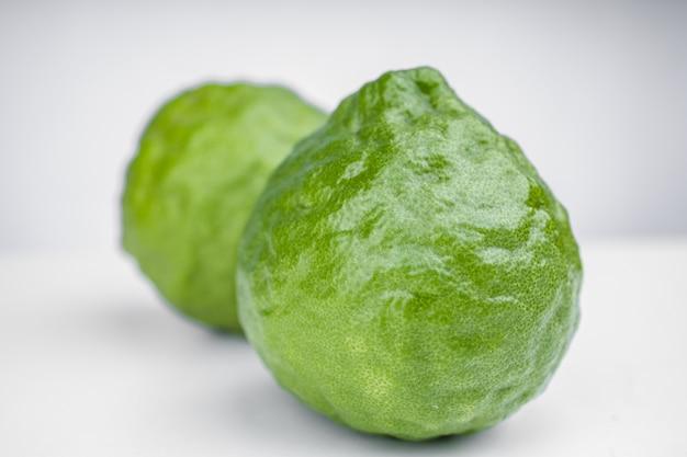 Olio essenziale biologico a base di erbe da frutto di bergamotto, concetti cosmetici biologici. isolato su sfondo bianco