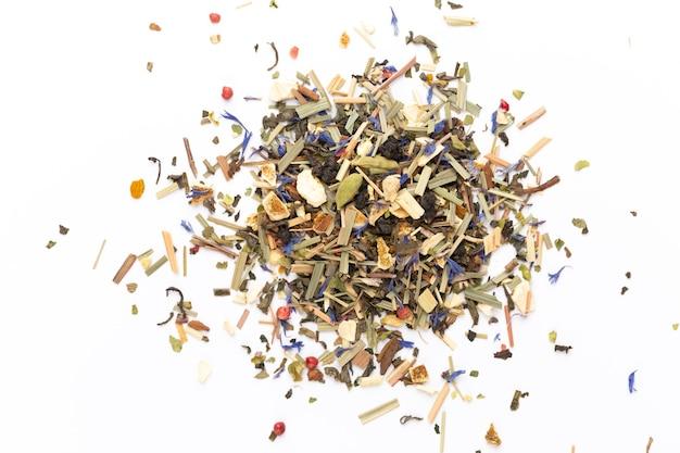 Tè alle erbe su uno sfondo bianco. frutta e erbe, tè, curcuma, zenzero vista dall'alto.