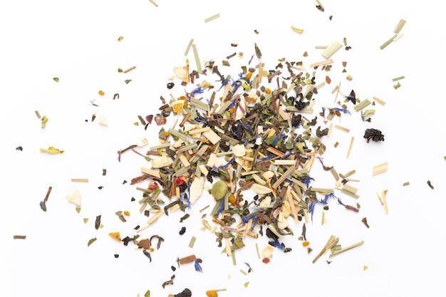 Tisana su una superficie bianca. frutta e erbe, tè, curcuma, zenzero vista dall'alto.
