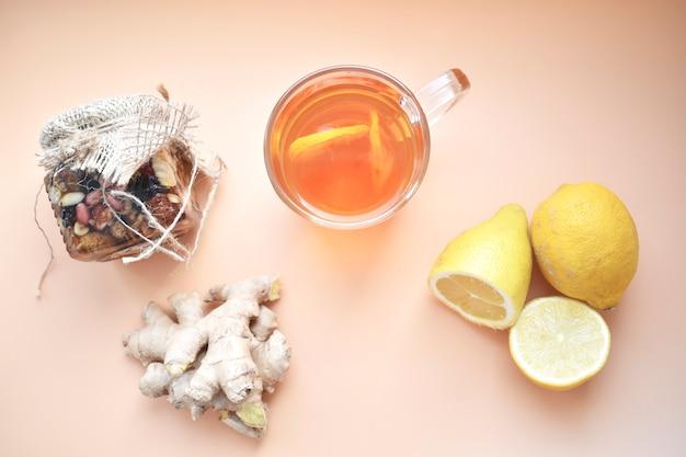 Tisana con zenzero, limone, miele e altre erbe. il concetto di un tè calmante e riscaldante sano con una ricetta semplice, vista dall'alto, spazio testo, vista dall'alto.