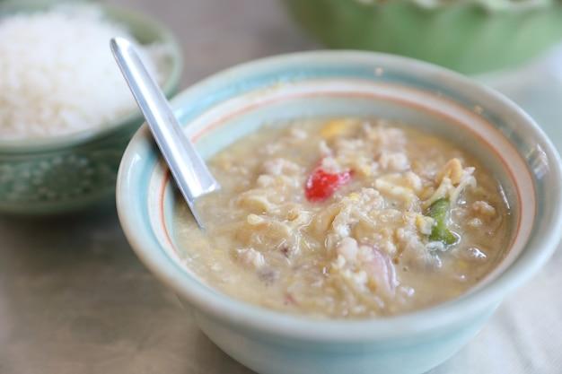 Fagioli di soia alle erbe con carne di maiale macinata in latte di cocco con verdure fresche