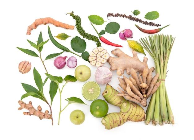 Erbe, frutta e verdura per un sano sistema immunitario isolato su priorità bassa bianca con il percorso di residuo della potatura meccanica.