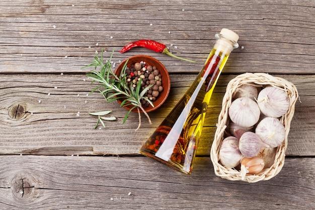 Erbe e spezie su tavola di legno
