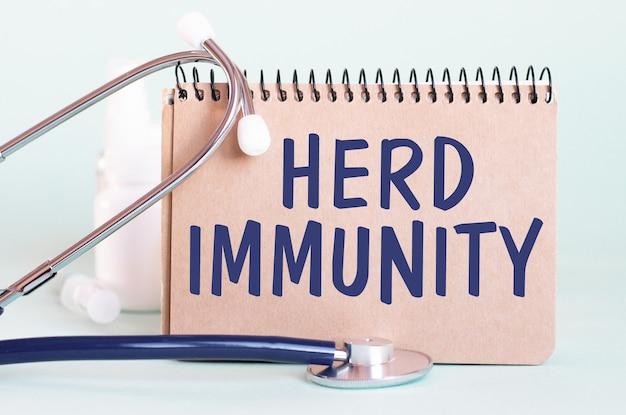 Immunità alle mandre - diagnosi scritta su un foglio di carta bianco. trattamento e prevenzione delle malattie. concetto medico. messa a fuoco selettiva