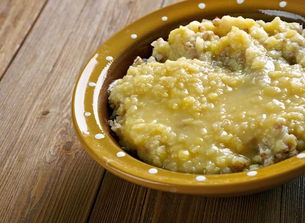 Herne tatrapude .estonian cereale con piselli e grano saraceno. prepara l'inverno. cucina baltica