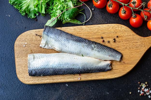 Aringa pesce frutti di mare set di ingredienti per cucinare servire