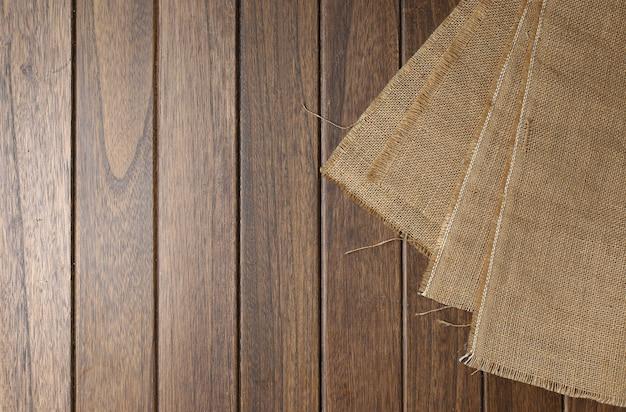 Panno di iuta sul tavolo di legno