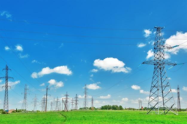 Linea elettrica hi-power transmissson sul campo verde.