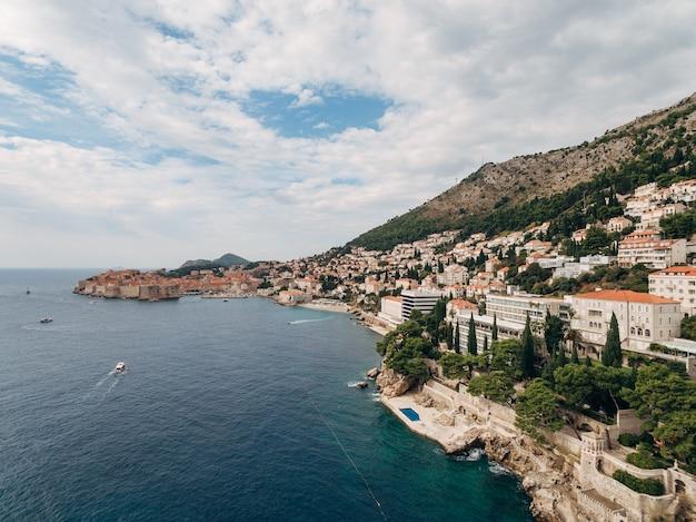 Alta vista aerea da un drone sulla costa di dubrovnik e la città vecchia in croazia