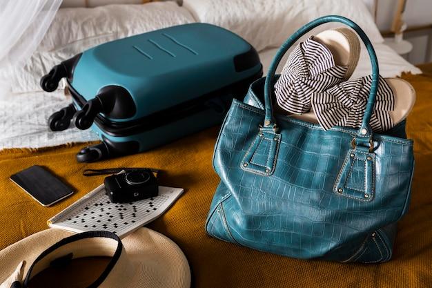 Disposizione ad alto angolo con borse