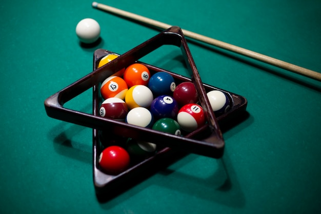 Disposizione ad alto angolo con palline da piscina e triangoli di plastica
