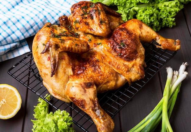 Pollo intero al forno ad alto angolo con insalata