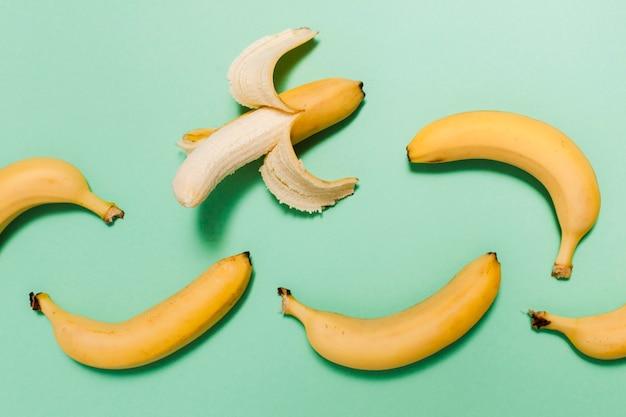 Disposizione di banane ad alto angolo
