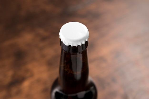 Bottiglia di birra ad alto angolo sul tavolo