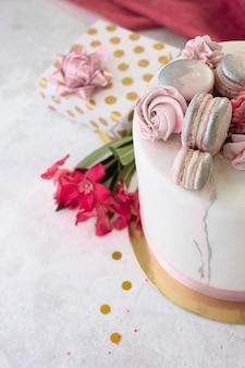 Alto angolo del concetto di torta di compleanno