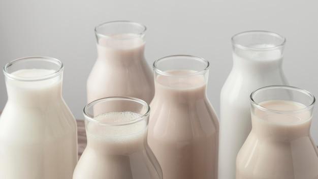 Alto angolo di bottiglie con varietà di tipi di latte