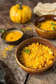Ciotole ad alto angolo con riso giallo