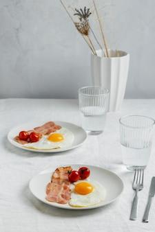 Colazione ad angolo alto con uova e pancetta