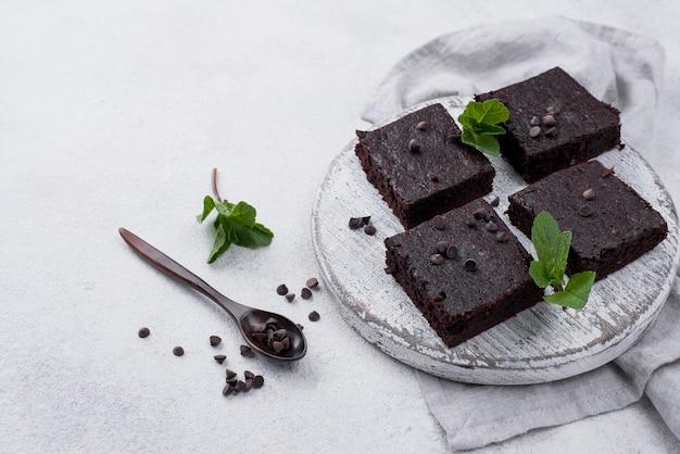 Alto angolo di torta con cucchiaio e menta