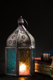 Candela dell'angolo alto il giorno del ramadan