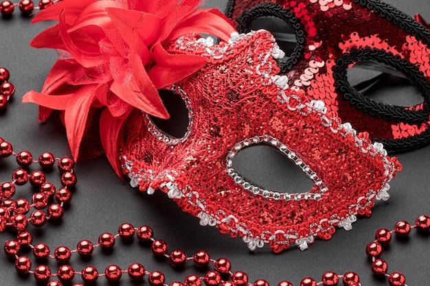 Alto angolo di maschere di carnevale con piume e perline