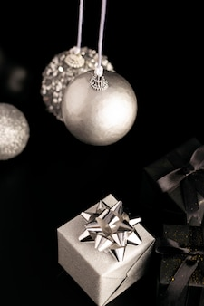 Alto angolo di globi di natale con regali