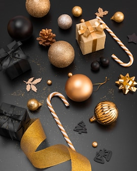 Alto angolo di ornamenti natalizi con doni