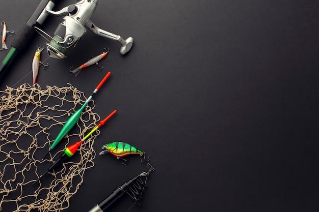 Angolo alto dell'esca di pesca variopinta con lo spazio della copia e della rete