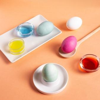 Alto angolo di uova di pasqua dipinte colorate con colorante