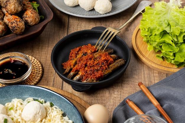Composizione ad alto angolo di delizioso bakso indonesiano