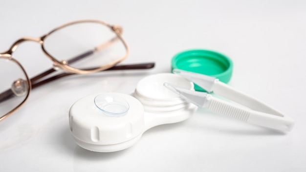 Alto angolo di lenti a contatto con custodia e paio di occhiali