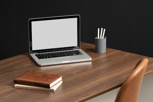 Assortimento di scrivanie ad alto angolo con laptop