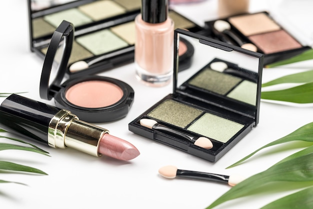 Assortimento di cosmetici diversi ad alto angolo