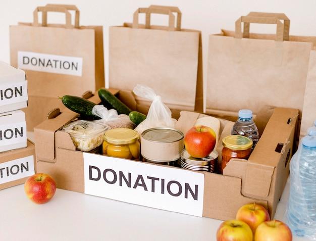 Alto angolo di donazione box e borse