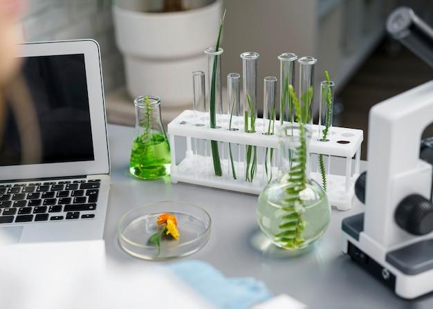 Alto angolo di ricercatore femminile in laboratorio