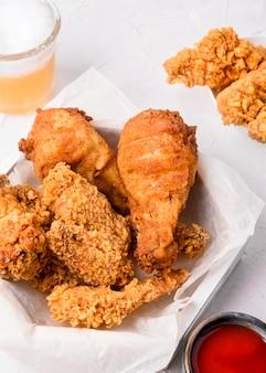 Pezzi di pollo fritto ad alto angolo con salsa