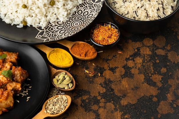 Piatti e spezie indiani di alto angolo