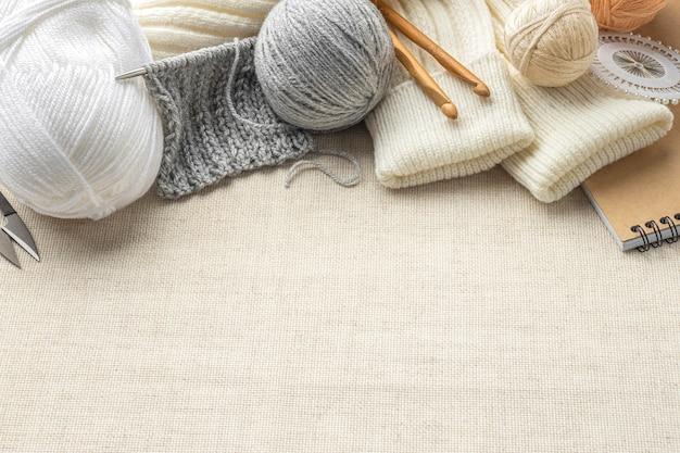 Angolo alto di lavoro a maglia impostato con filato e copia spazio