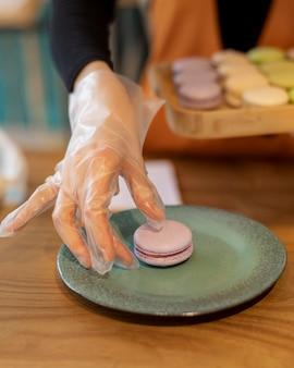 Macaron ad alto angolo sul piatto