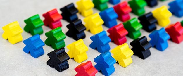 Pezzi di gioco da tavolo meeple ad alto angolo