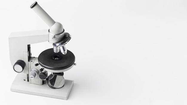 Microscopio ad alto angolo con copia spazio