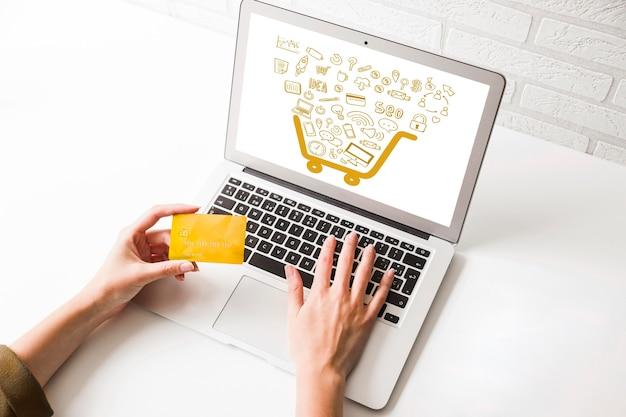 Shopping online ad alto angolo sul computer portatile
