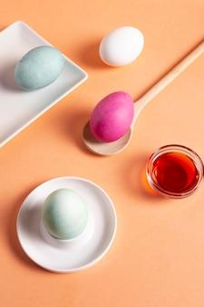 Alto angolo di uova di pasqua dipinte con colorante