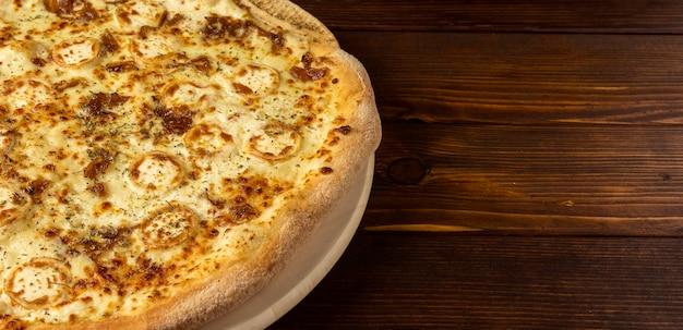 Pizza ad alto angolo con formaggio e copia-spazio